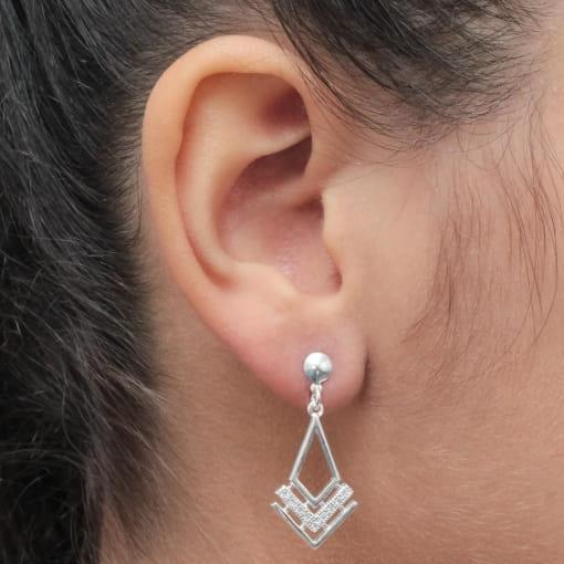 Brinco prata triângulo liso com zircônia pendurado