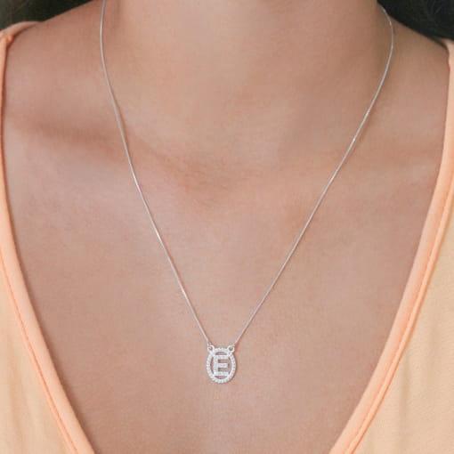 """Colar prata medalha oval letra """"E"""" com zircônias cristal"""