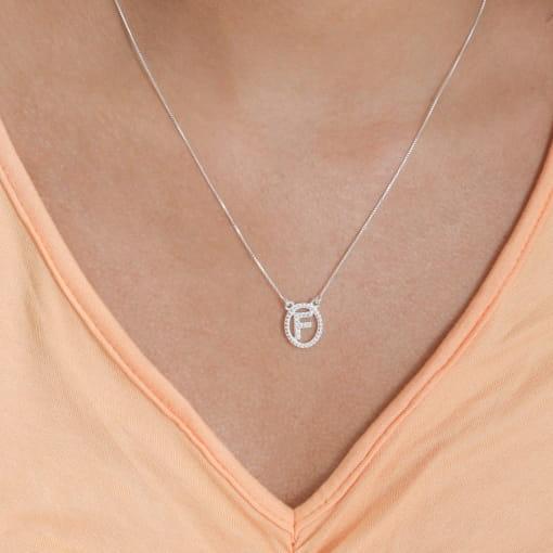 """Colar prata medalha oval letra """"F"""" com zircônias cristal"""