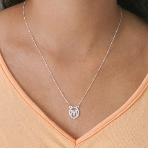 """Colar prata medalha oval letra """"M"""" com zircônias cristal"""