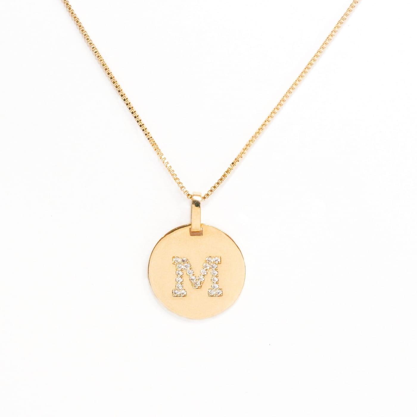 """Pingente folheado medalha lisa com letra """"M"""" e zircônias"""