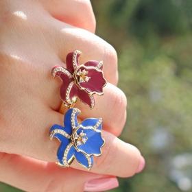 Anel Flor Esmaltado Azul e Zircônias Brancas Folheado a Ouro