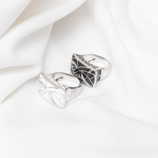 Anel Retangular Esmaltado Branco com Flores Folheado a Ródio
