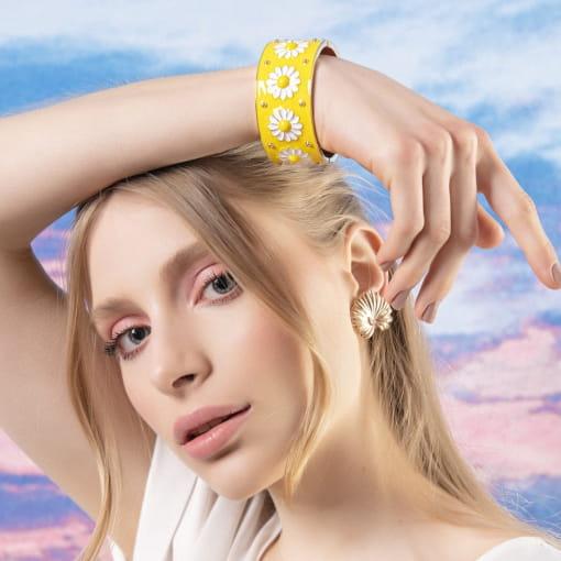 Bracelete com Flores Esmaltado Amarelo e Branco Banhado a Ouro